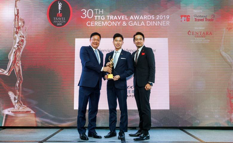 Roy Liang, General Manager of Oakwood Premier OUE Singapore receiving the award for Best Serviced Residence (Property Level)