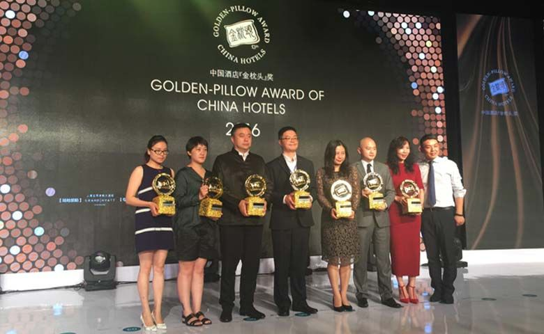 """Fourth from the left: Jack Wu, Director of Sales of Oakwood Residence Hangzhou receiving """"The Best Service Apartment of China award"""" at the 13th Golden Pillow Award of China Hotels"""