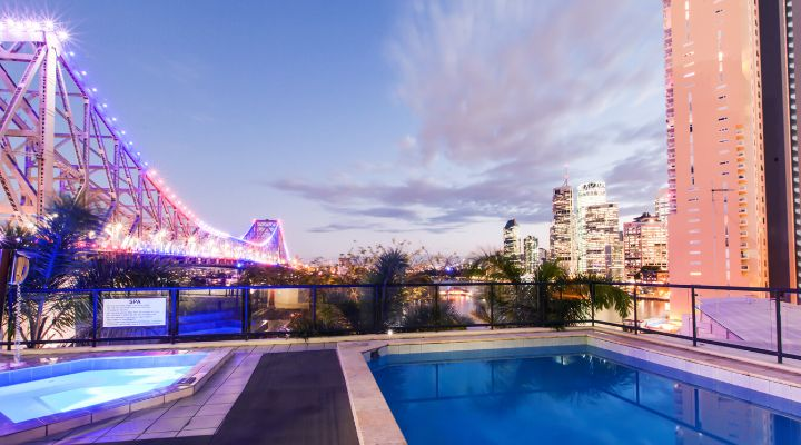Oakwood Hotel & Apartments Brisbane's pool and spa