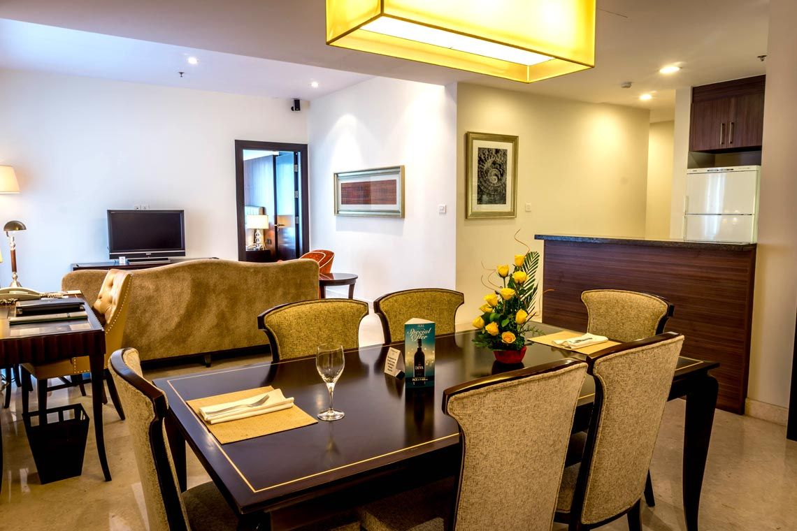 Oakwood Premier Prestige Bangalore's two-bedroom superior apartment's living room and dining area