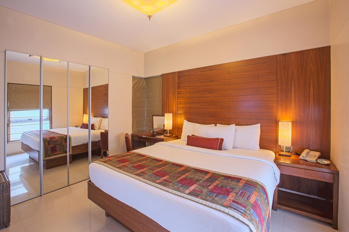 Oakwood Residence Naylor Road Pune's one-bedroom executive apartment's bedroom