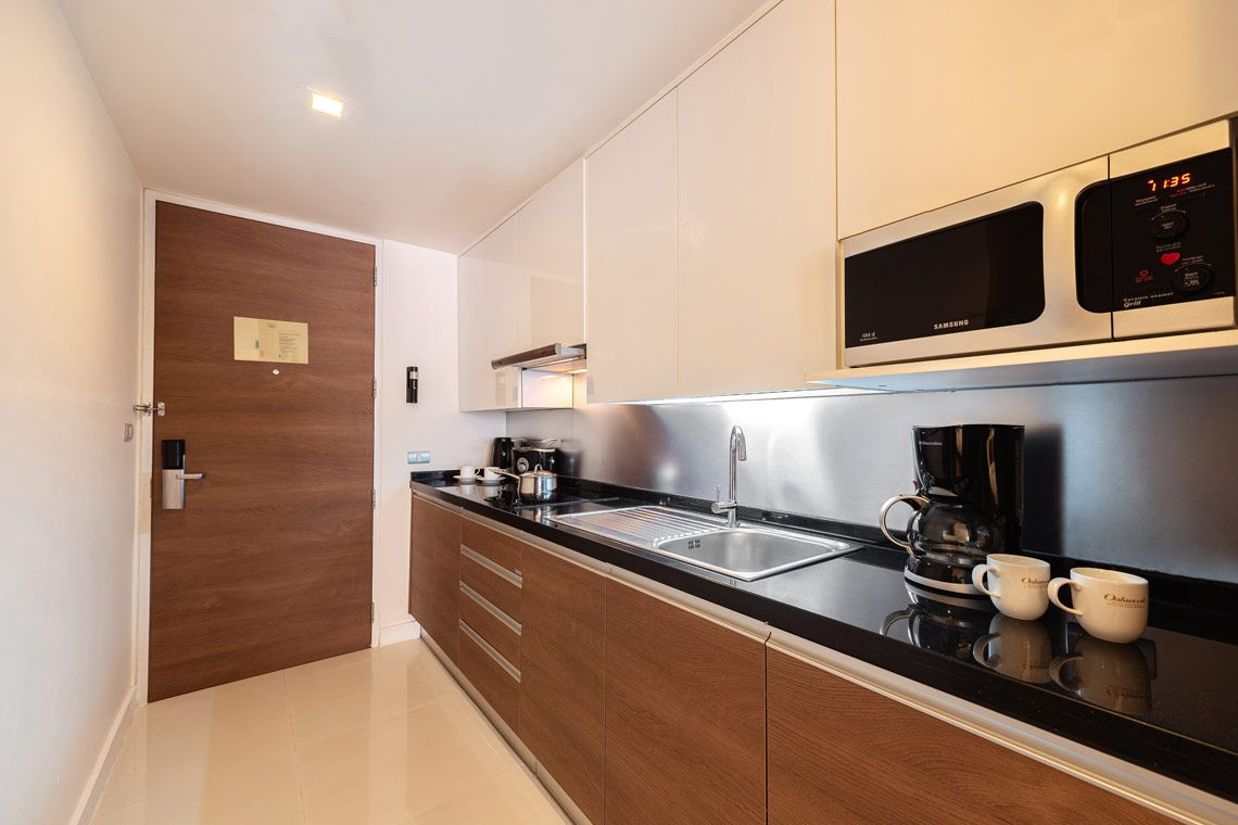Oakwood Residence Sukhumvit 24, Bangkok's studio executive's kitchen