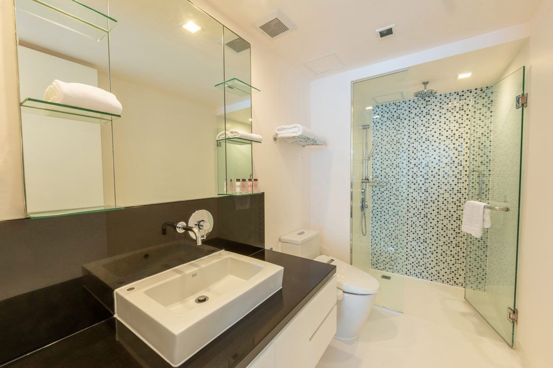Oakwood Residence Sukhumvit 24, Bangkok's studio executive's bathroom