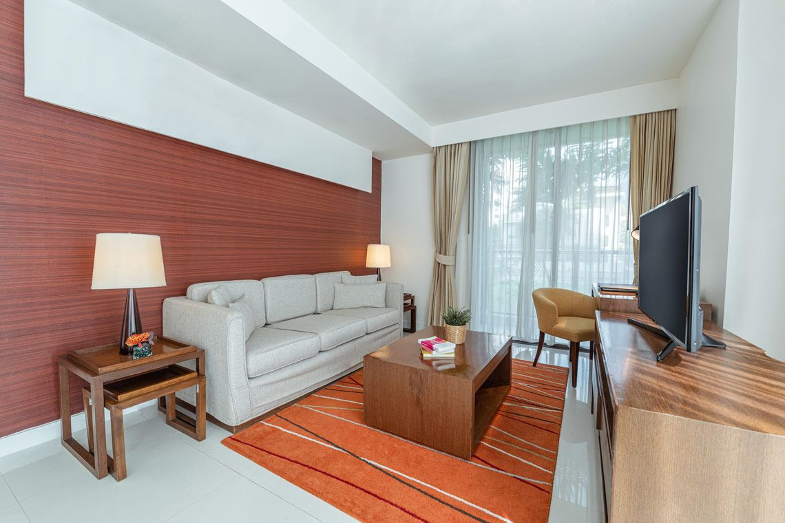 Oakwood Residence Sukhumvit 24, Bangkok's two-bedroom deluxe apartment's living room