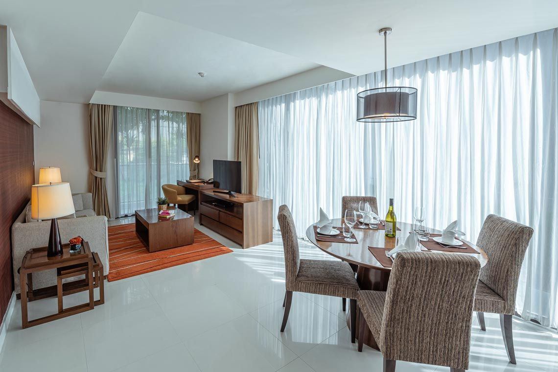 Oakwood Residence Sukhumvit 24, Bangkok's two-bedroom deluxe apartment's dining
