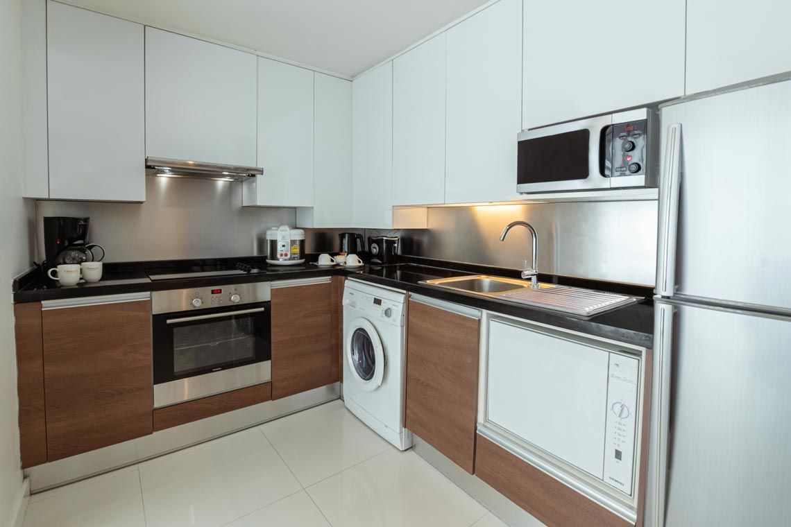 Oakwood Residence Sukhumvit 24, Bangkok's two-bedroom deluxe apartment's kitchen