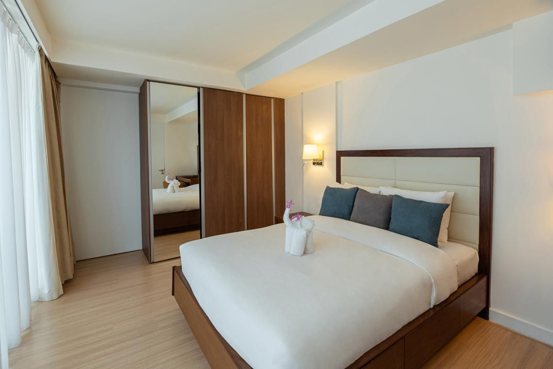 Oakwood Residence Sukhumvit 24, Bangkok's two-bedroom deluxe apartment's bedroom