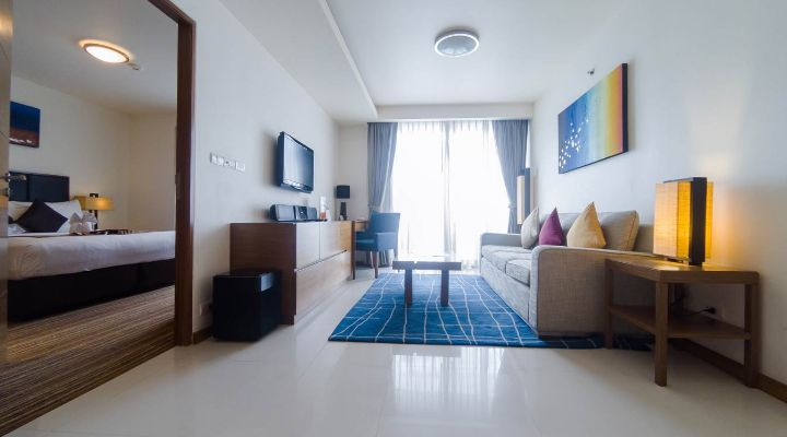 Oakwood Residence Sukhumvit Thonglor, Bangkok's one-bedroom apartment's living room