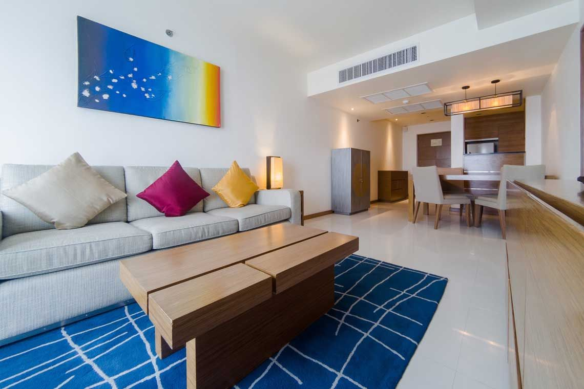 Oakwood Residence Sukhumvit Thonglor, Bangkok's one-bedroomapartment's dining area