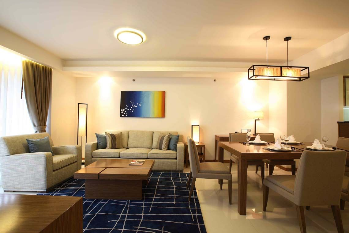 Oakwood Residence Sukhumvit Thonglor, Bangkok's two-bedroom apartment's dining area