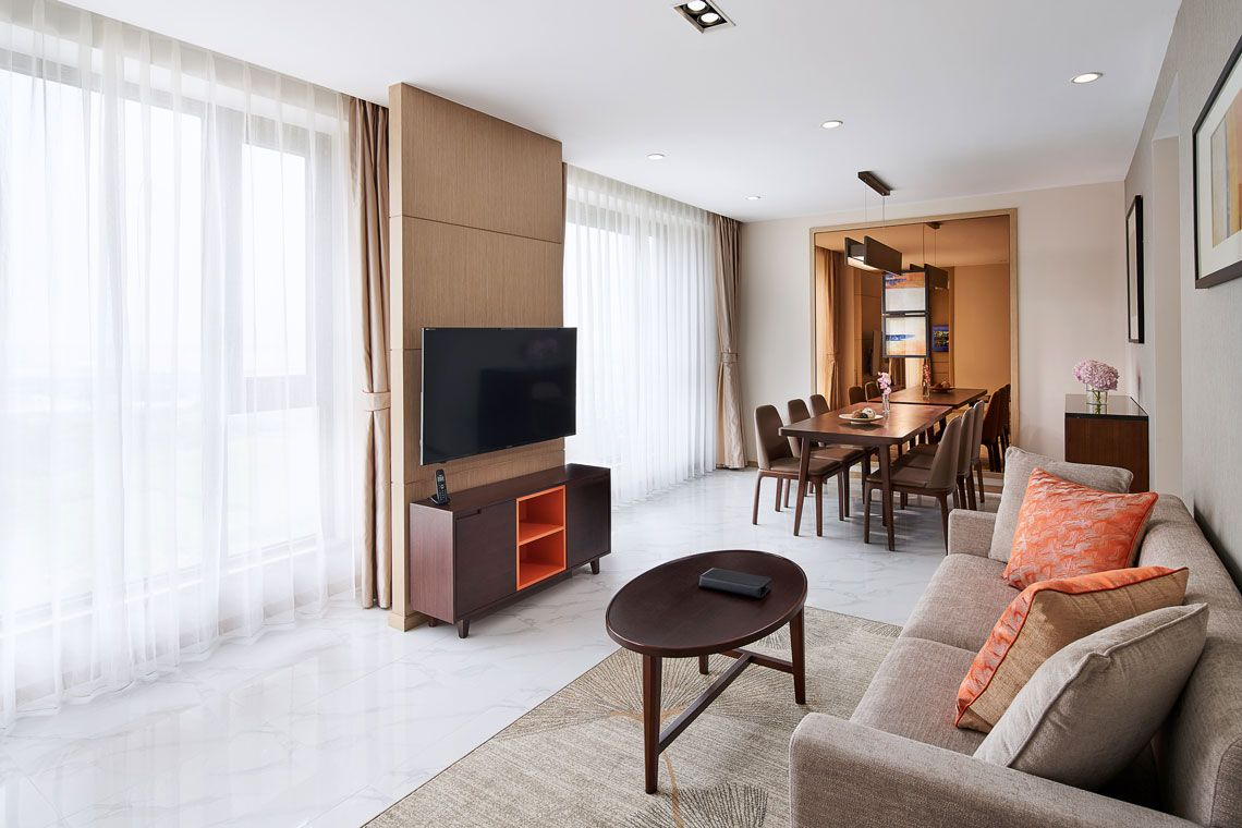 Oakwood Apartments Yangzhou's two-bedroom deluxe apartment living room