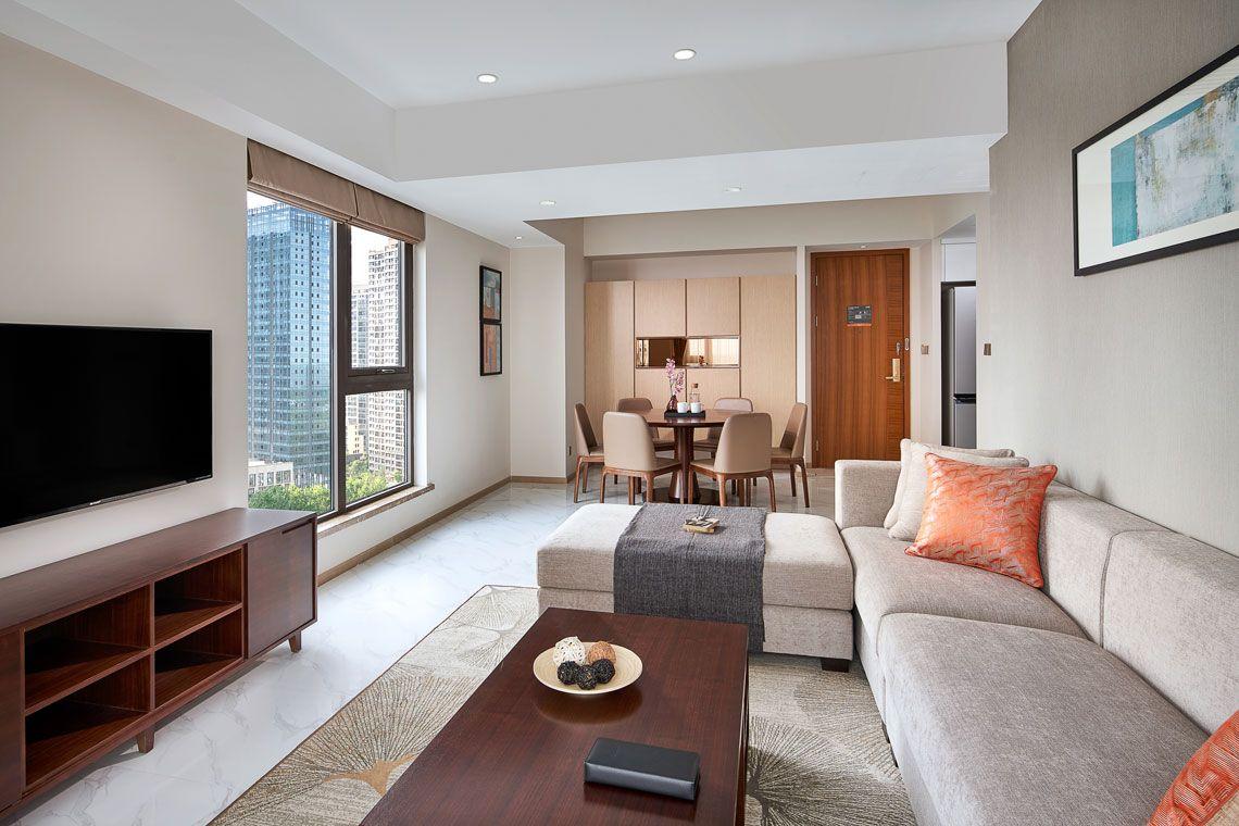Oakwood Apartments Yangzhou's three-bedroom deluxe apartment living room