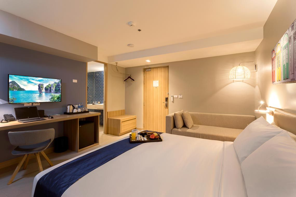 Oakwood Hotel Journeyhub Phuket's deluxe king room