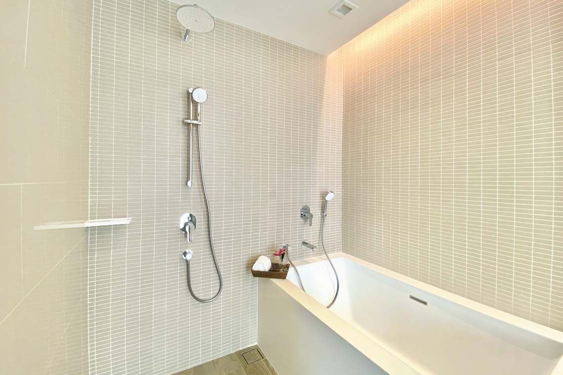 Oakwood Suites Bangkok's studio deluxe's bathroom