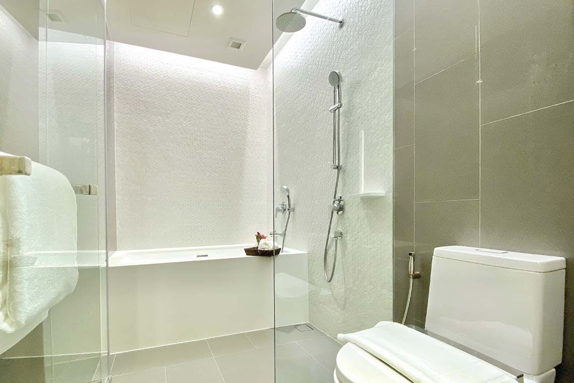 Oakwood Suites Bangkok's studio deluxe twin's bathroom