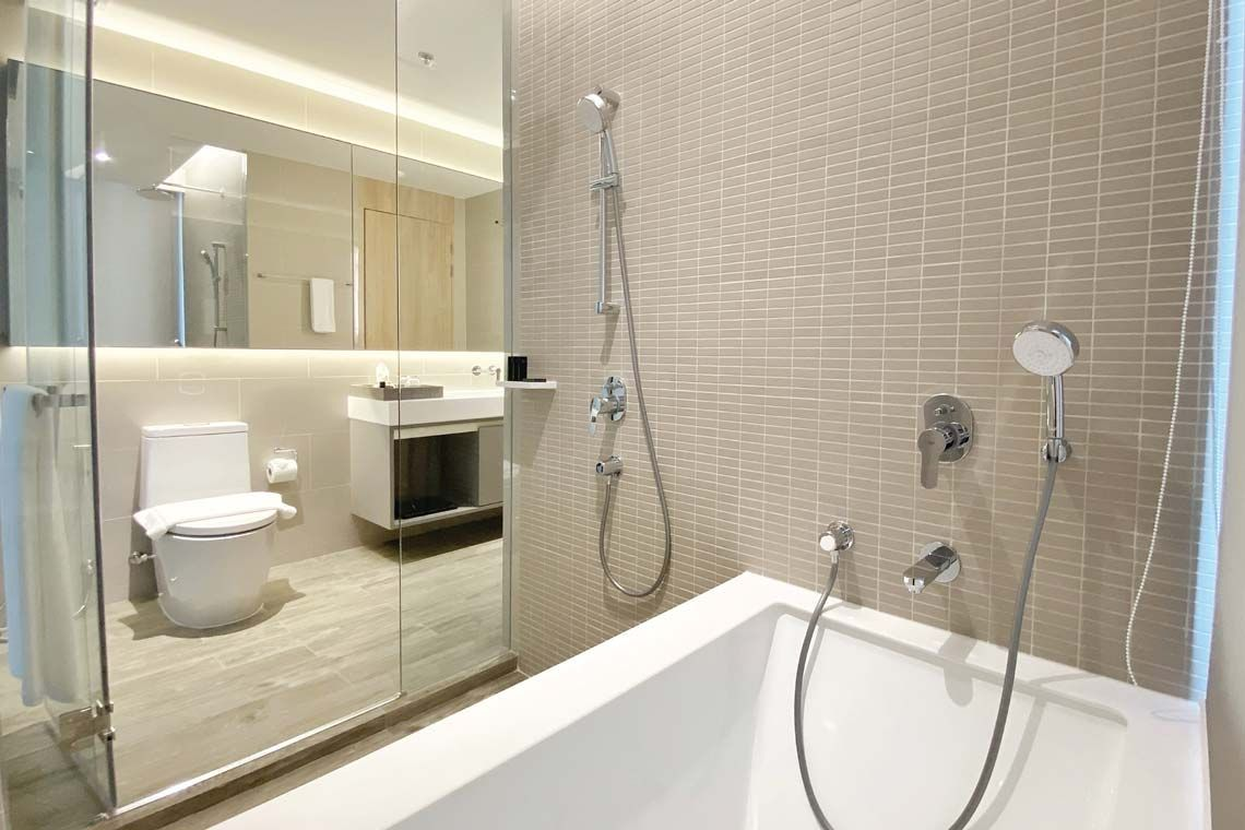 Oakwood Suites Bangkok's one-bedroom deluxe apartment's bathroom