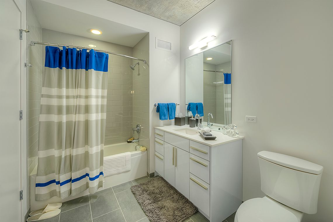 Oakwood Residence Chicago River North's one-bedroom apartment bathroom