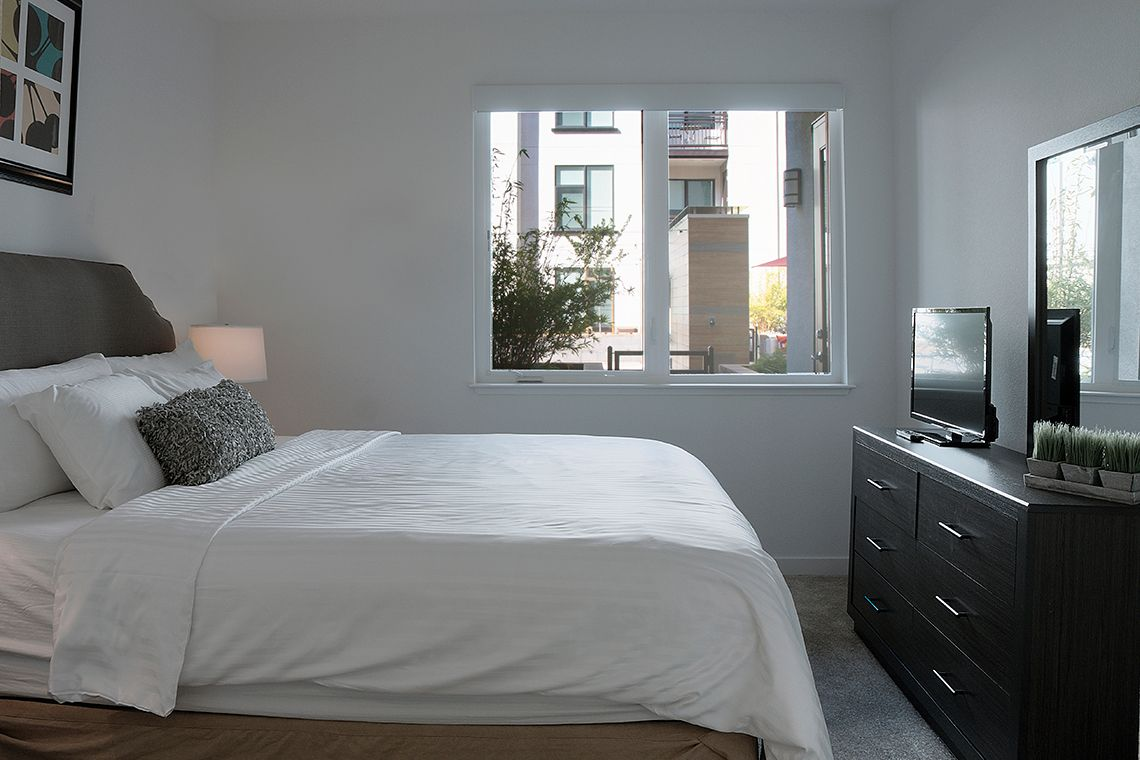 Oakwood Residence Mountain View's one-bedroom apartment bedroom