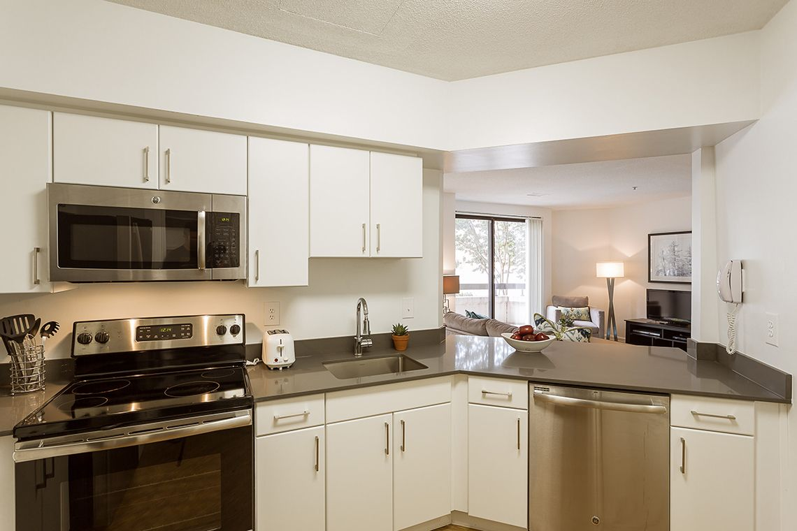 Oakwood Residence Crystal City's one-bedroom apartment kitchen