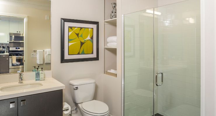 Oakwood Studios Los Angeles Olympic & Olive's one-bedroom apartment bathroom