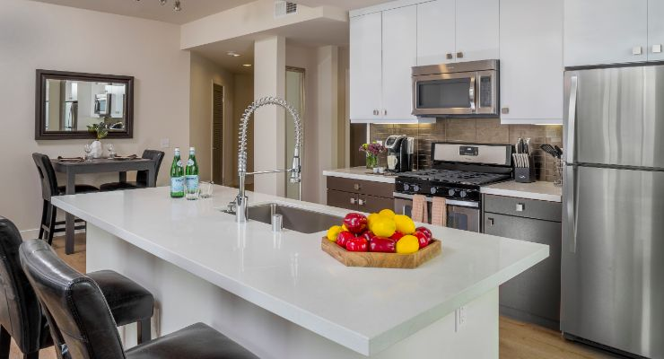 Oakwood Studios Los Angeles Olympic & Olive's one-bedroom apartment kitchen