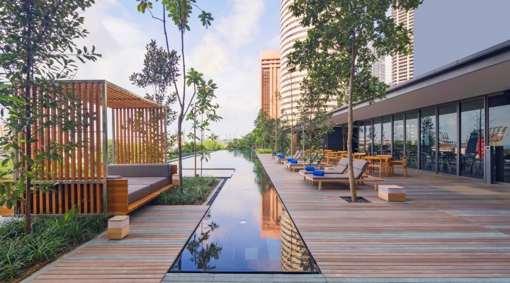 Oakwood Premier AMTD Singapore's outdoor pool terrace
