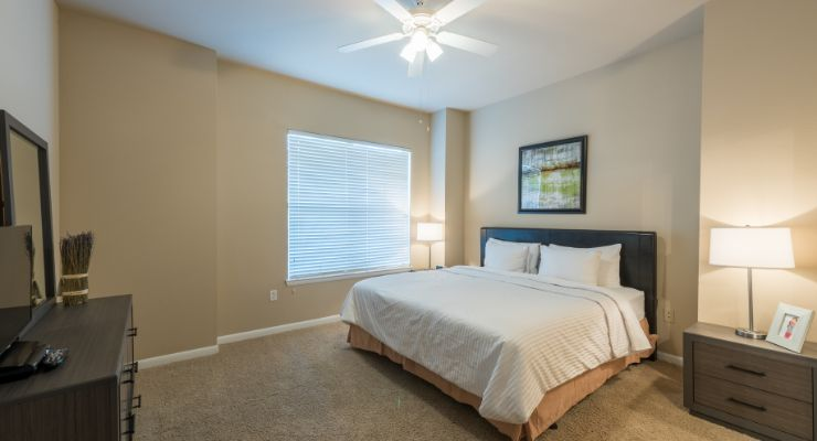Oakwood Residence Dallas Uptown's one-bedroom apartment bedroom