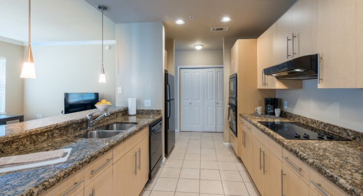 Oakwood Residence Dallas Uptown's one-bedroom apartment kitchen